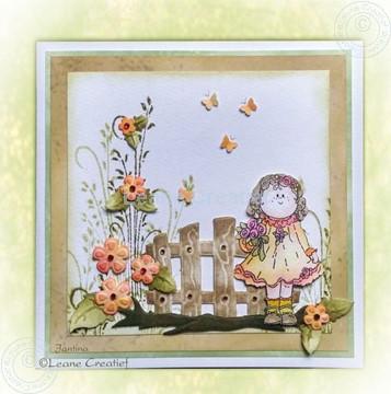 Afbeeldingen van Bambinie girl in garden